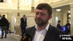 А перший заступник голови фракції «Слуги народу» Олександр Корнієнко висловив готовність вплинути на більшу відкритість Офісу президента