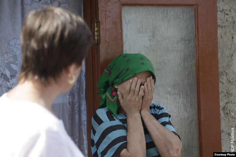 Женщина плачет, рассказывая о своей судьбе в антикризисном центре в Молдове