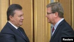 Віктор Янукович і Штефан Фюле під час попередньої зустрічі, 24 січня 2014 року