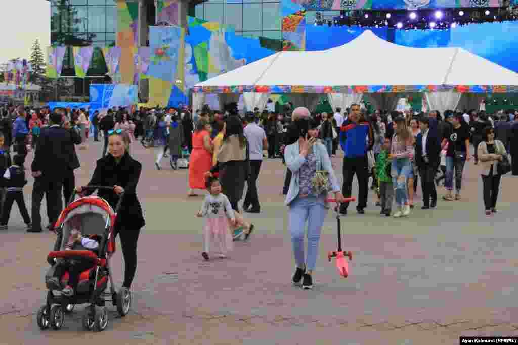 Люди, пришедшие на праздник. Алматы, 1 мая 2018 года.
