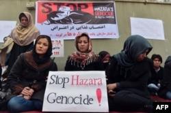 Женщины хазарейской общины Афганистана проводят голодовку в знак протеста против теракта в городе Кветта, направленного против хазарейской общины Пакистана. Кабул, 19 февраля 2013 года.