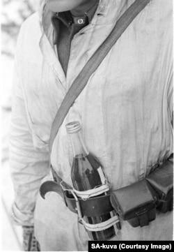 Однією дешевою протитанковою зброєю, яку розробили фіни, були коктейлі Молотова (на фото), виготовлені з бензину та дьогтю