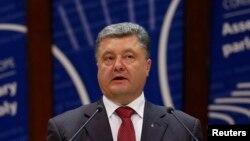Президент Украины Петр Порошенко, поговорив с Путиным, Меркель и Олландом 25 июня, потом уже выступил на заседании ПАСЕ 26-го