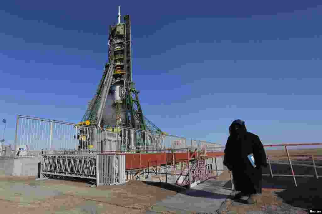 """Охранник рядом с """"Союзом ТМА-07М"""", установленным на стартовой площадке космодрома Байконур. 19 декабря 2012 года."""