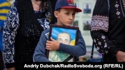 Павшие герои. В Киеве чтят память погибших на Донбассе бойцов (фоторепортаж)