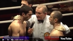 Таджикский боксер Даврон Махмадов (справа)