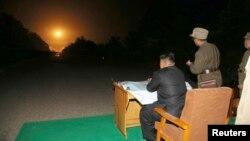 کیم جونگاون، رهبر کره شمالی، در حال نظارت بر یک آزمایش موشکی