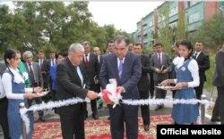 Президент Таджикистана Эмомали Рахмон разрезает белую ленточку. 14 сентября 2013 года.