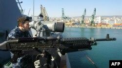 """Distrugătorul american """"USS Truxtun"""" în portul Varna, la exerciții comune cu Bulgaria și România, martie 2014"""