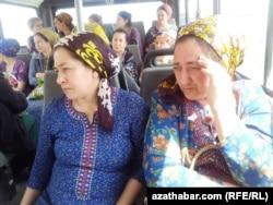 Женщины сидят в общественном автобусе. Ашгабат, 17 апреля 2013 года.