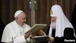 Papa Franjo i patrijarh Kiril razmjenjuju potpisanu Deklaraciju, Havana, 12. februar 2016.