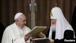 რომის პაპი ფრანცისკესა (მარცხნივ) და რუსეთის მათლმადიდებელი ეკლესიის პატრიარქის, კირილეს შეხვედრა კუბაში.