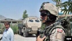 Канадский военнослужащий Международных сил по поддержанию безопасности несет патрульную службу в Кандагаре