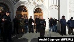 Участники схода поддержали требование о досрочной отставке президента,содержавшееся в резолюции съезда политической партии «Амцахара», и направили несколько человек для переговоров с ним