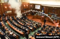 Deputetët e opozitës hodhën gaz lotsjellës gjatë seancës së 21 marsit, kur u ratifikua Marrëveshja e demarkacionit me Malin e Zi.