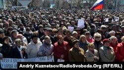Луганск шаҳрида Украина МХХ биноси олдида 6 апрель куни ўтказилган норозилик намойиши.