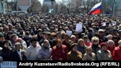 Иллюстрационное фото. Флаг России на сепаратистском митинге в Луганске, апрель 2014 года