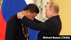 Владимир Путин награждает Си Цзиньпина орденом Андрея Первозванного. Москва, 4 июля 2017 года.