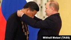 Владимир Путин награждает Си Цзиньпина орденом Андрея Первозванного. Москва, 4 июля 2017 года
