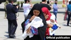 Возвращенные из Сирии женщины с детьми. Ташкент, 30 мая 2019 года.