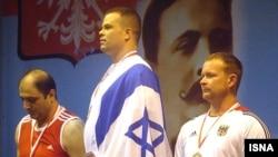 حسین خدادادی (نفر اول از سمت چپ) در کنار ورزشکار اسرائیلی در رقابت های پیشکسوتان وزنه برداری در لهستان
