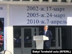 Ақсы оқиғасында қаза тапқандарды еске алу шарасында сөйлеп тұрған Алмазбек Атамбаев. Бішкек, 17 наурыз 2019 жыл.
