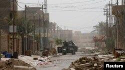 Фаллуджаның орталығында жүрген Ирак әскери техникалар. 18 маусым 2016 жыл.