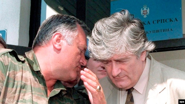 Ratko Mladić i Radovan Karadžić 1993. godine iznad Sarajeva, na Palama