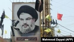 پوستری از حسن نصرالله، رهبر حزبالله لبنان، در روستایی در جنوب لبنان
