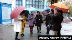 Гражданские активисты рассказывают перед камерами о том, что они увидели на месте Тальхиза 15 октября, и выражают свое возмущение возобновлением строительства автодороги через Тальхиз. Алматы, 17 октября 2016 года.