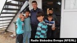 Деца мигранти со полицаец во Транзитниот центар Табановце