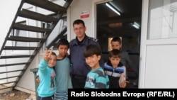 Архивска фотографија, Деца мигранти и полицаец во Табановце, мај 2016