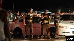 Полиция округа Сент-Луис во время разгона демонстрации. Фергюсон, 9 августа 2015 года.
