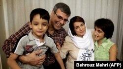 رضا خندان در کنار همسرش نسرین ستوده، و فرزندانشان
