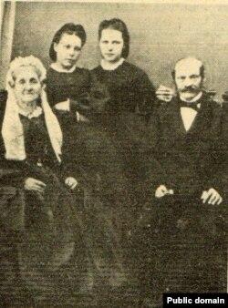 Сям'я Ямантаў, паміж бацькамі - Марыя (зьлева) зь сястрой Людвікай