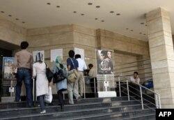 Кинотеатр алдындағы афишаларға қарап тұрған адамдар. Иран, 1 маусым 2008 жыл. (Көрнекі сурет)