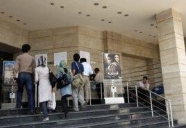 Кинотеатр алдындағы афишағаларға қарап тұрған тұрғындар. Иран, 1 маусым 2008 жыл. (Көрнекі сурет)