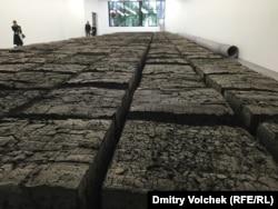 Скульптура из 80 тонн высушенных фекалий может стать жемчужиной в собрании музея или частной коллекции