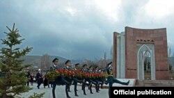 У мемориального комплекса «Ата-Бейит» в Бишкеке.