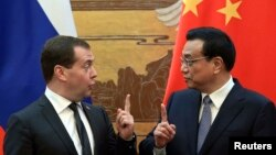 Chinese Prime Minister Li Keqiang (right) and his Russian counterpart Dmitry Medvedev (left).