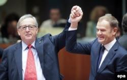 Jean-Claude Juncker (L) i Donald Tusk