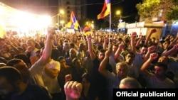 Қарулы топ басып алғна полиция штабы территориясы. Ереван, Армения, 26 шілде 2016 жыл.
