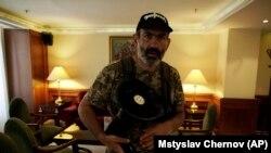 Оппозиционный депутат Никол Пашинян дает интервью Associated Press. Ереван, 2 мая 2018 года.