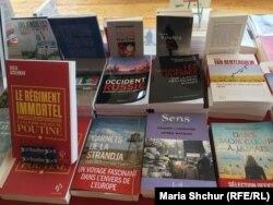 Книжка французької журналістки та історика Галі Аккерман «Безсмертний полк: Священна війна Пуіна» (перша зліва)