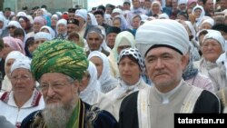 Уңнан сулга: мөфти Равил Гайнетдин Русиянең баш мөфтие Тәлгат Таҗетдин белән