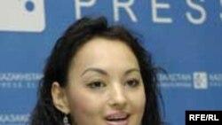 Сәнді киім шебері Құралай Нұрқаділова Алматыдағы баспасөз мәслихатында.