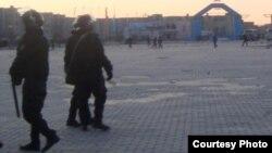 Жаңаөзен қаласындағы орталық алаңды күзеткен полицейлер. 18 ақпан 2011 жыл.