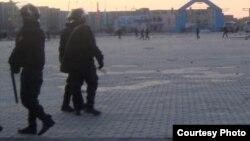 """Вооруженные полицейские на центральной площади Жанаозена. 18 декабря 2011 года. Фото Елены Костюченко, корреспондента """"Новая газета""""."""
