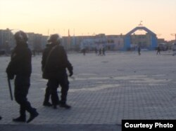"""Полицейские на центральной площади Жанаозена,18 декабря 2011 года. Фото предоставлено Елена Костюченко, """"Новая газета""""."""