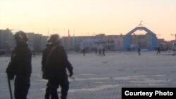 """Бойцы специального отряда быстрого реагирования на центральной площади. Жанаозен,18 декабря 2011 года. Фото Елены Костюченко, """"Новая газета""""."""